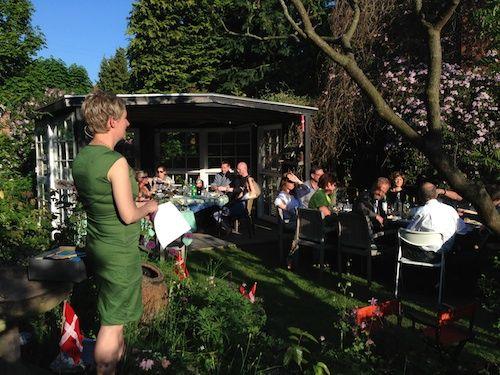 Dejligt vejr, dejlige gæster, dejlig mad, dejlig champagnefontæne og dejlige Karin - nu Phd