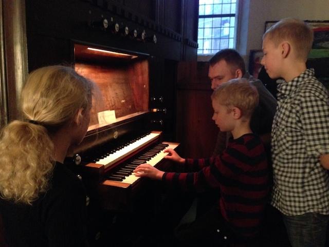 """Her er det ikke Christians gamle keyboard, men det gamle orgel i Brorsonskirken som bliver """"udsat"""" for """"Dejlig er den himmelblå"""""""